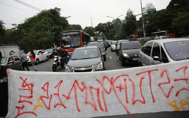 Trânsito na região oeste de São Paulo ficou prejudicado devido a manifestação. Foto: Renato S. Cerqueira/Futura Press - 02.12.15