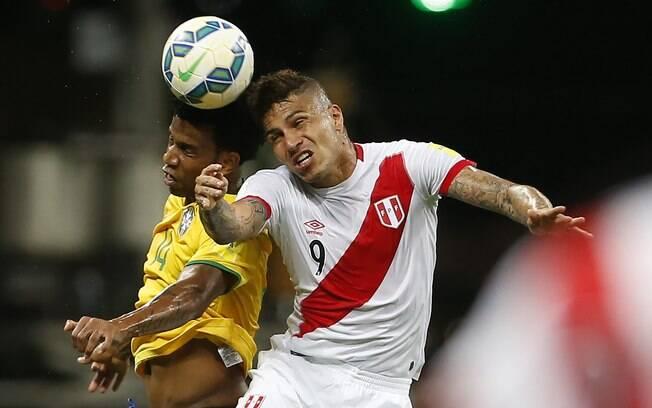 Ex-companheiros de Corinthians, Guerrero e Gil disputam a bola pelo alto