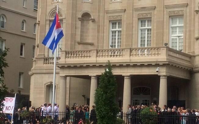 Cerimônia oficial marcou o hasteamento da bandeira cubana em frente à embaixada norte-americana da ilha