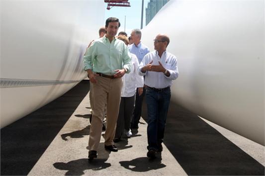 Fortuño inspecciona la llegada de los molinos de viento del parque eólico de Santa Isabel