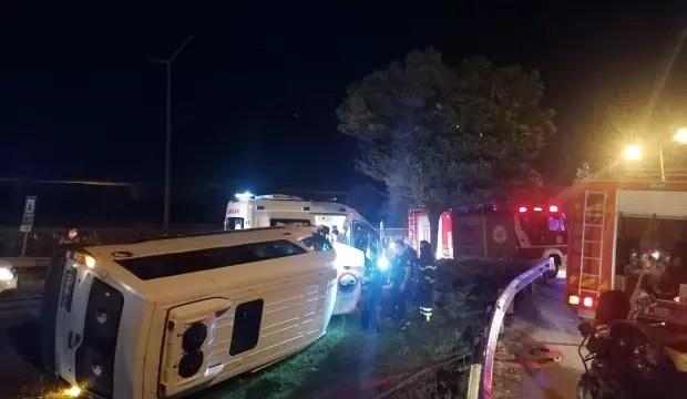 D-100'de güvenlik görevlilerini taşıyan minibüs servisi devrildi: 6 yaralı 1