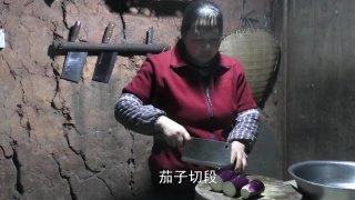 英子幺妈赶场乡亲送根茄子,回来做给幺叔吃,农村人真是会过日子