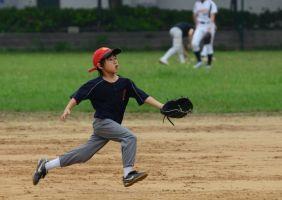 """爸爸教儿子打棒球,要他""""把眼睛放在球上"""",万万没想到儿子竟如"""