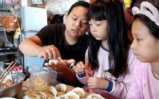 打工仔阿牛周末不上班 教女儿包饺子吃 猪肉白菜馅饺子用脸盆装 一口一个真过瘾