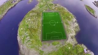 航拍挪威Lofoten群岛上的足球场,感觉一jio能飞到海里