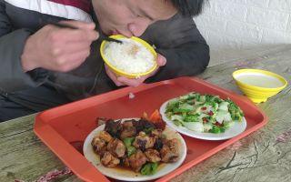 农村小伙下馆子,花15元点了鸡肉和白菜,米饭免费加,吃的真爽!