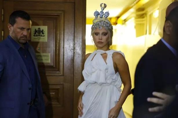 Glam: La estrella ha optado por un vaporoso vestido blanco y pieza dramática cabeza