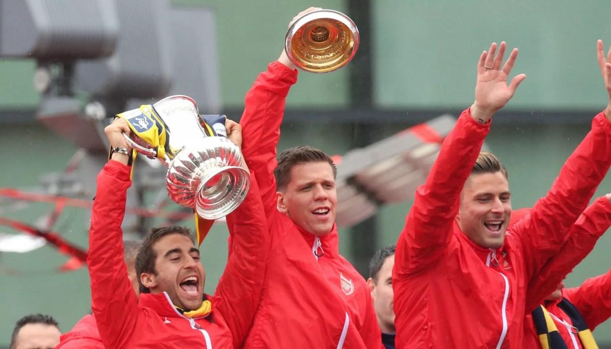 Mathieu Flamini, Wojciech Szczesny and Olivier Giroud celebrate with the FA Cup