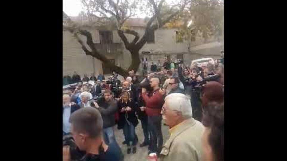 Ψάλλουν τον εθνικό ύμνο στην πλατεία στους Βουλιαράτες