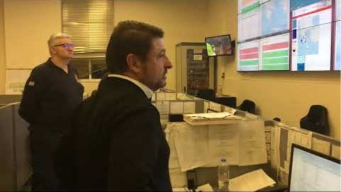 O κ. Χαρδαλιάς ενημερώνεται στο κέντρο επιχειρήσεων πολιτικής προστασίας για την κακοκαιρία