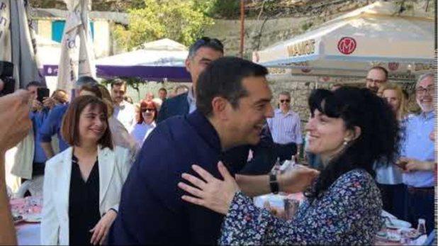 Σε χαλαρή διάθεση για σε ουζερί στο Κερατσίνι ο Αλέξης Τσίπρας