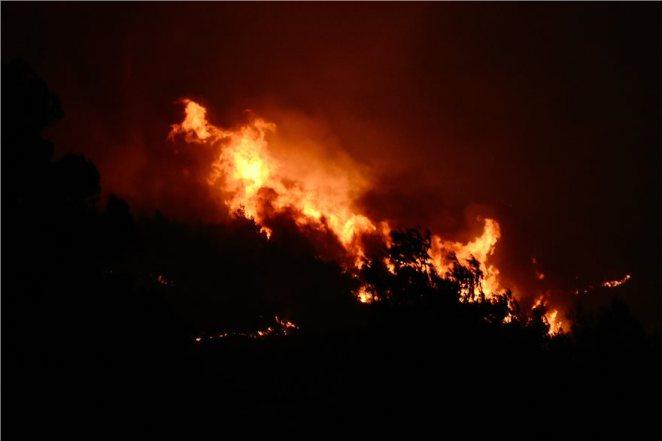 Φωτιά στην Κορινθία: Νύχτα θρίλερ