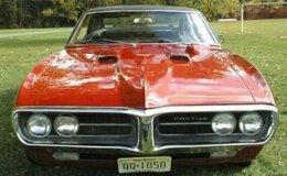 É um Pontiac Firebird da primeira geração, fabricado entre 1967 e 1968, um dos pony cars mais cultuados pelos amantes dos esportivos americanos