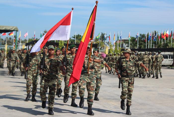 Tropas em parada de comemoração aos 10 anos de independência do Timor Leste