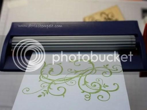 Umschlag durch den Papercrimper ziehen