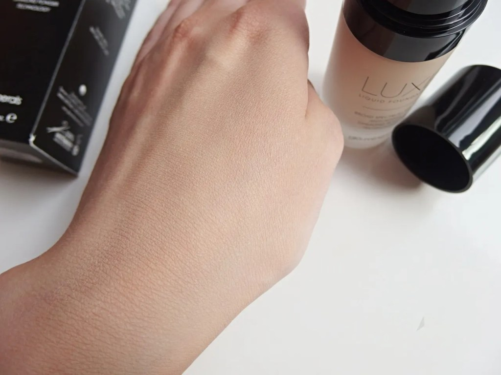 Glominerals Luxe Liquid Foundation In Porcelain Review