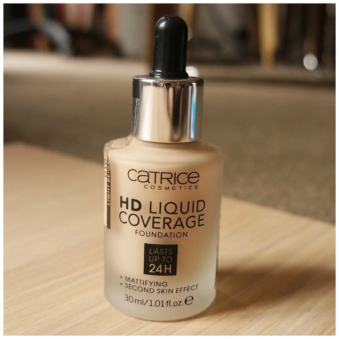 Catrice Liquid Coverage 24 H Mattifying foundation with second skin effect 010 Light Beige