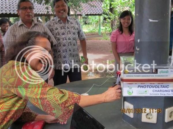 Foto : Peresmian Penggunaan Photovoltaic Charging Station oleh Prof. Roekmijati Widaningrum Soemantojo, Prof. Dr. Ir. Widodo Wahyu Purwanto, DEA, dan Prof. Dr. Ir. Setijo Bismo, DEA