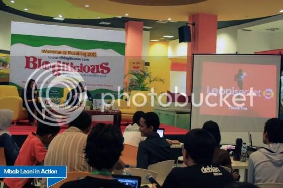 Mbak Leoni on stage IdBlogilicious Medan