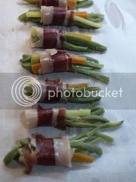 judia verde envuelta en jamón sobre papel de hornear