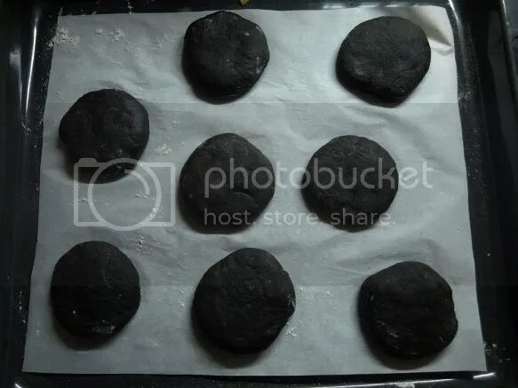 panes de hamburguesa negros antes hornear