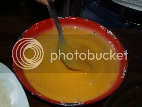 batiendo yemas de huevo para Spaguetti carbonara