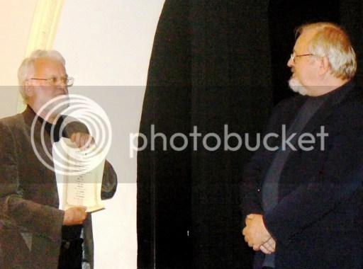 Lukáts János író átadja a Japán Kulturális Díj oklevelét Szondi Györgynek