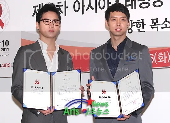 [PICS] Junsu and Yoochun at 10th International Congress on Aids in Asia and the Pacific (ICAAP10) - Part 2