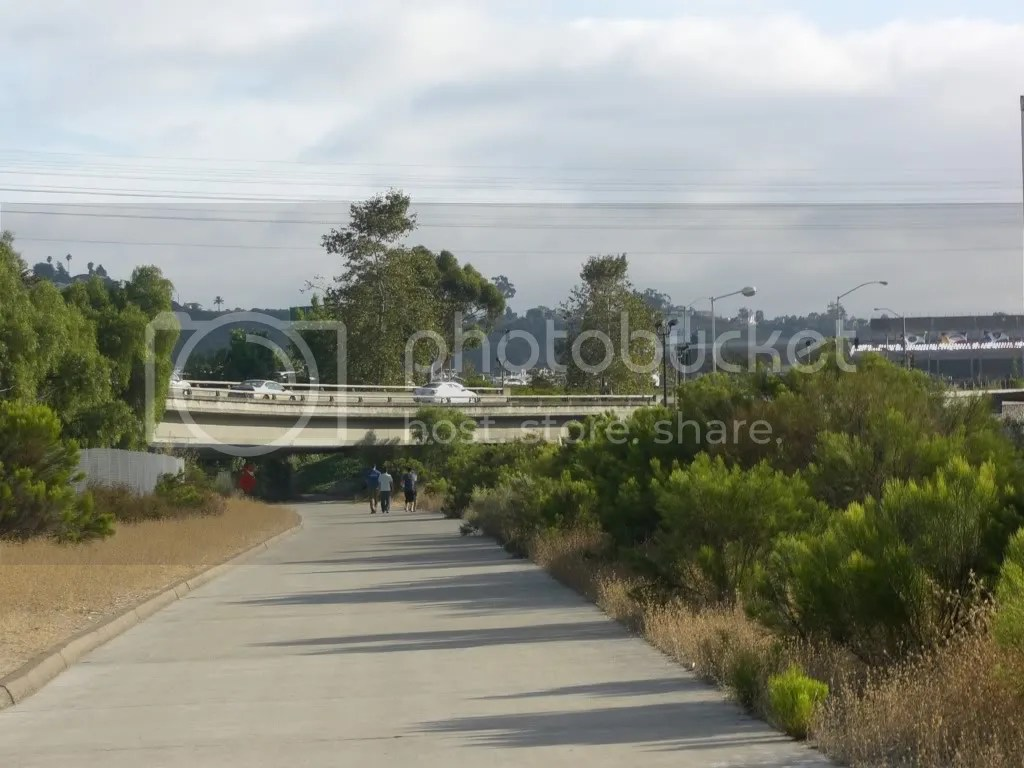 "Football fans walk on ""bicycle path"""