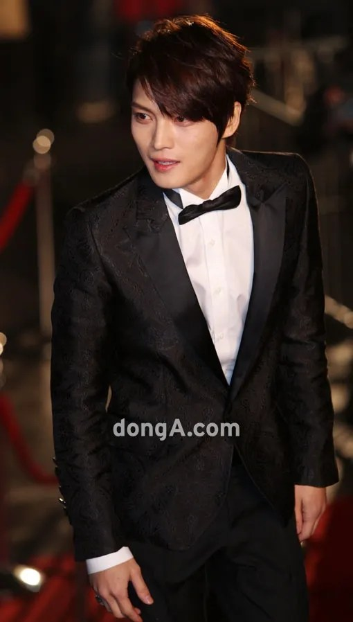 https://i2.wp.com/i1147.photobucket.com/albums/o550/JYJThree/2012/November/121130%20JJ%20at%20Blue%20Dragon%20Film%20Awards/Korean%20Press/jaejoong-blue-dragon-red-carpet.jpg