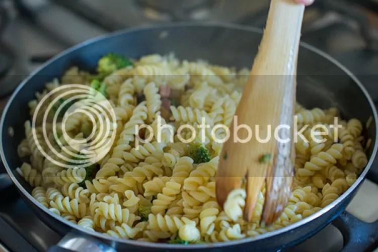Pasta con brócoli, panceta y olivas