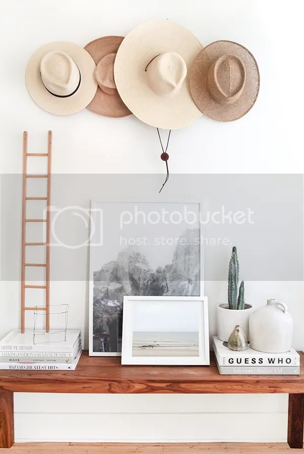 Decoración con sombreros de paja en la pared - photo tessa neustadt