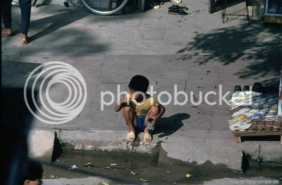Hà Nội: Phố Lò Đúc - cậu bé mặc quần áo lên trong máng xối, răng
