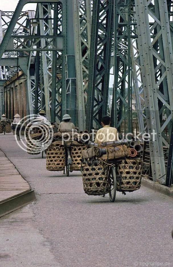 Hà Nội: Giao thông vận tải của ống gốm của xe đạp trên cầu Long Biên