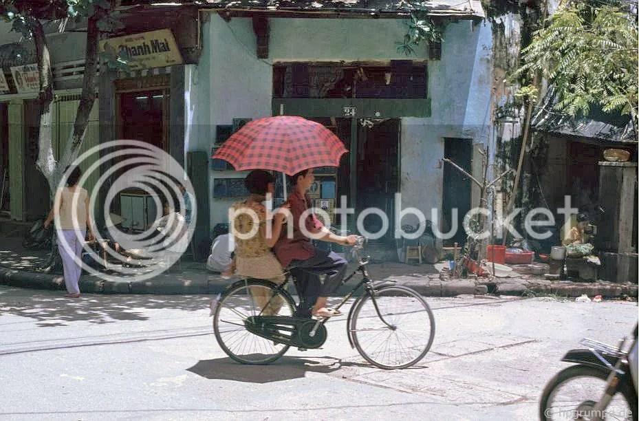 Hà Nội: Biker với chiếc ô