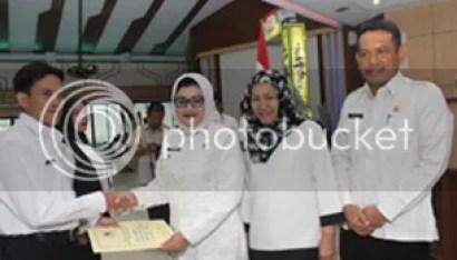 Plt Bupati Imas Aryumningsih Serahkan 339 SK Kenaikan Pangkat