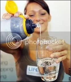 botella filtra agua, filtro de aguas fecales, revolucionario filtrado de agua, filtor de agua, botella filtra agua, hacer agua pura de mala, filtro agua fecal