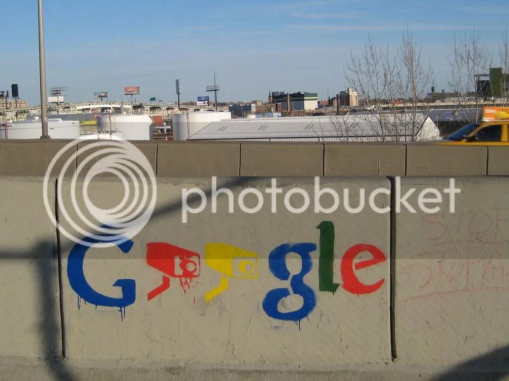 pintadas en un muro del logo de Google pero con videocámaras en vez de oes