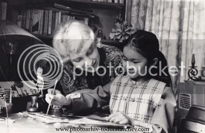 Блага Димитрова с осиновената си от Виетнам дъщеричка Ха, 1969 г.