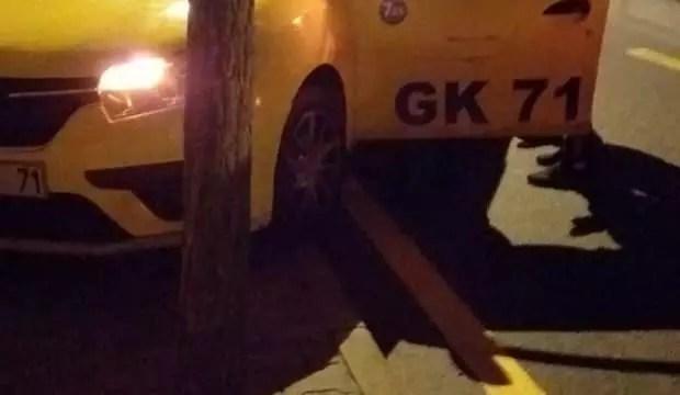 Direksiyon hakimiyetini kaybeden taksi şoförü duvara çarparak durabildi : 1 yaralı 1