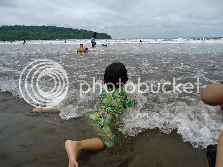 Aurum Berenang Melawan Ombak Pantai Pangandaran