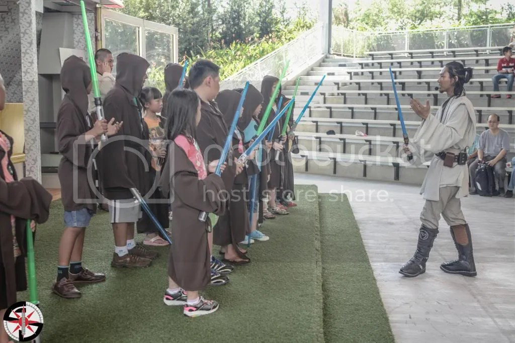 Master Sas-Ejiid giving out instructions to the soon-to-be Padawans