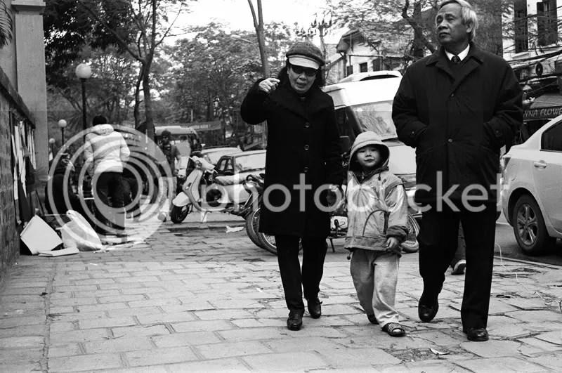 Đã nhiều năm, đây như là một lễ hội chào xuân của Hà Nội, bà con cũng nô nức tham gia, vừa xem chữ vừa cảm nhận không khí Tết