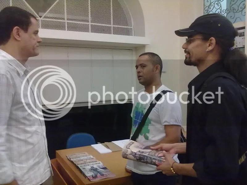 Nestablo Ramos (esquerda) conversa com Téo e Henrique (boné)