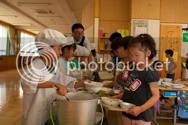 học sinh tiểu học Nhật Bản tự phục vụ bữa trưa