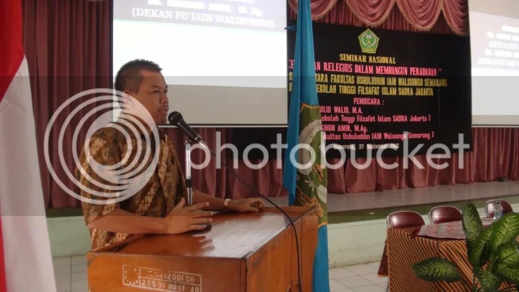 Rektor IAIN Prof. Dr. H. Muhibbin, M.Ag meberiakan pidato sambutan sekaligus membuka acara seminar