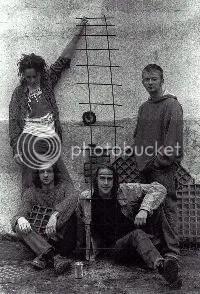 Thom Yorke junto a los miembros de Headless Chickens en 1989.