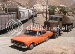 ¿Tú qué harías si un enorme camión te empuja hacia un tren que está pasando?