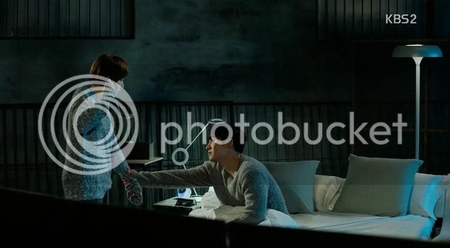 Healer ep 14 Jung Hoo grabs Young Shin's wrist