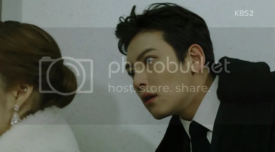 Healer ep 10 Bong Soo looks at Young Shin in awe